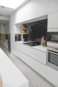 Witte keuken met zwarte tegeltjes